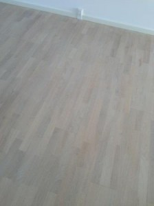 Egetræsgulv gulvafslibning og gulvbehandling med hvid gulvolie