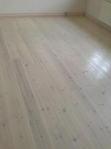 Fyrtræsgulv gulvbehandling hvidlud og hvidsæbe,