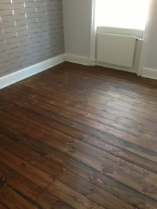 Fyrtræ gulv, afslebet og indfarvet med gulvolie, i farven mørk valnød,